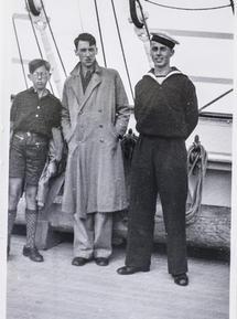 Jens Nørregaard var elev om bord på Skoleskibet Danmark, da Danmark blev besat 9. april 1940. Skibet befandt sig på dette tidspunkt i Nordatlanten, og det sejlede til Florida, hvor de unge mænd afmønstrede. Derefter tog langt de fleste hyre i den amerikanske eller britiske handelsflåde. Dermed er Jens Nørregaard én af de meget få nulevende danske krigssejlere, og interviewet med ham er en del af D-dagstemaet, der skal udsendes i forbindelse med 70-året for den vestallierede landgang i Normandiet 6. juni 1944. Nørregaard var ikke med i selve invasionen, men kan sejlede på det tidspunkt i konvojer over Atlanterhavet mellem USA og England – en aktivitet, der havde tæt strategisk forbindelse til invasionen. Senere sejlede Jens Nørregaard i Stillehavet som led i USA's krig mod Japan. I telefonen virker han åndsfrisk og med en vis lune og evne til at fortælle en historie, så det kunne være fint, hvis fotografen er forberedt på at lave en optagelse til web-tv.